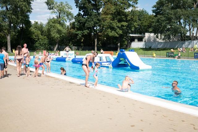 Błękitna Fala otwarta jest codziennie do godziny 19. Tymczasem kąpiący proszeni są o wyjście  z basenów co najmniej 15 minut wcześniej.