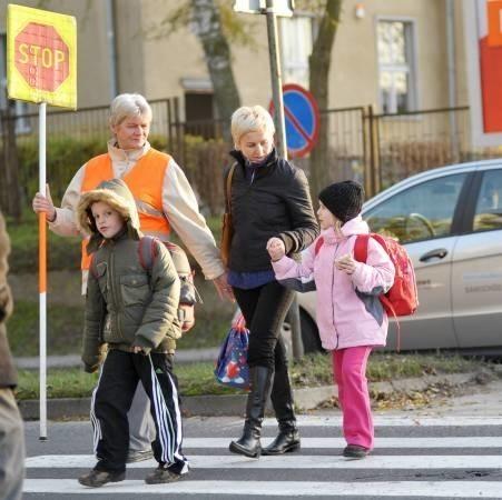 - Boję się o córkę i niigdy nie puszczam jej samej, choć jest tu ,,pani stop'' - powiedziała nam Martyna Janas, tu z córką Dorotą. Jak wszyscy mieszkańcy prosi władze miasta o światła. Na zdjęciu też Darian Adaszyński i ,,pani stop'' - Teresa Pachulska.