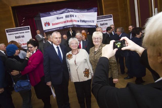 Pod projektem ustawy podpisało się 160 tys. ludzi. Podpisy zbierane były z bardzo aktywnym wsparciem bydgoskich władz miasta, polityków i mediów.