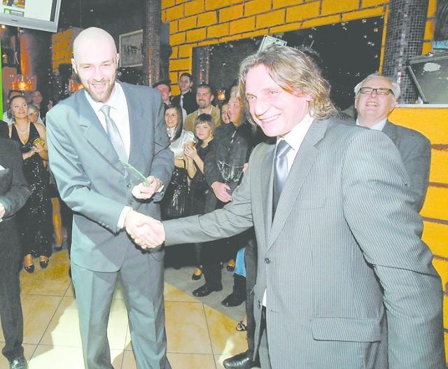 Zwycięzcy plebiscytu Przemysławowi Szymańskiemu (z lewej) gratuluje dziekan Wydziału Wychowania Fizycznego Politechniki Opolskiej Jan Szczegielniak.