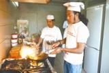 Najpierw zapalają świeczkę przed posążkiem Sziwy, a potem gotują. Kucharze z Nepalu w Białymstoku.
