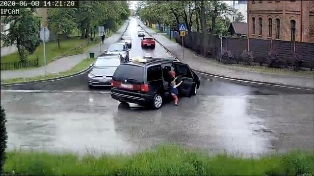 W trakcie jazdy w taksówce, która weszła w zakręt nagle otwierają się drzwi i wypada 4-letni chłopiec. Tuż za taksówką jechało auto dostawcze. Wstrząsające zdarzenie zostało nagrane przez kamery miejskiego monitoringu. Policjanci dotarli do filmu, a potem do kierowcy taksówki.WIDEO i WIĘCEJ INFORMACJI NA KOLEJNYM SLAJDZIE