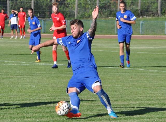 Dominik Szymkiewicz (przy piłce) oraz jego koledzy z Neptuna Końskie przegrali sparing z mazowieckim czwartoligowcem, Orłem Wierzbica 0:1.