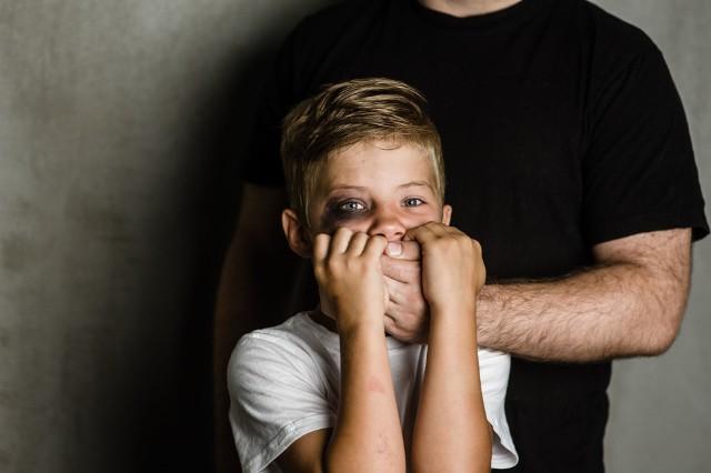 Kwarantanna sprawia, że przemoc domowa rośnie. Telefon zaufania odbiera coraz więcej telefonów od dzieci.