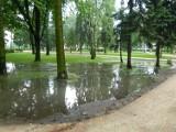 Walczą z wodą w parku