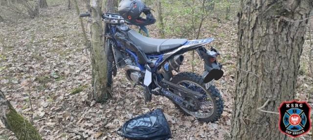 W Pieckach motocyklista zjechał z drogi i uderzył w drzewo