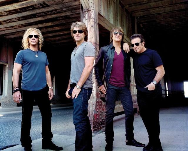 Wielkie odliczanie czas zacząć!  Już tylko siedem dni  zostało do koncertu zespołu Bon Jovi na PGE Arenie Gdańsk. Godzina 20 w środę, 19 czerwca, zbliża się nieuchronnie, dlatego zarówno wśród fanów, jak i ekipy organizującej show zapanowała pełna mobilizacja. Trzeba się bowiem nieźle postarać, by sprostać nie lada wymaganiom gwiazdy.Zobacz koniecznie: Wygraj podwójne zaproszenie na koncert Bon Jovi! Bez noclegu, ale jeść trzebaW przeciwieństwie do Jennifer Lopez, która występowała na PGE Arenie we wrześniu, zespół Bon Jovi nie będzie inwestował w luksusowe apartamenty w hotelu Hilton. Ani w żadnym innym.- Bon Jovi przyleci do Gdańska w dniu koncertu i po jego zakończeniu od razu wyruszy w dalszą trasę. Nocleg nie był więc potrzebny - mówi Janusz Stefański z agencji Prestige MJM, która wspólnie z operatorem stadionu organizuje koncert. Przed i po występie trzeba się jednak będzie solidnie posilić. Wczoraj ekipa organizacyjna z Gdańska zaznajomiła się z wymaganiami kulinarnymi gwiazd.  - Kucharze PGE Areny już mają na tablicy korkowej wydrukowaną listę  i przygotowują się do zaspokojenia apetytów artysty i jego kolegów. Pracować będą zresztą z kucharzami z ekipy Bon Jovi - mówi Michał Brandt z Arena Gdańsk Operator. ZOBACZ ZDJĘCIA I FILMY z koncertu BON JOVI na PGE Arenie Gdańsk