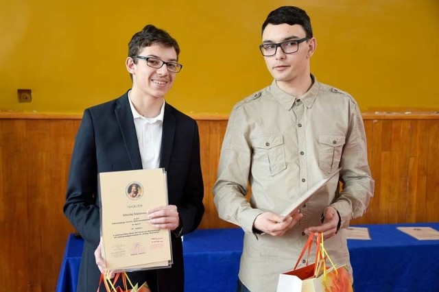Krzysztof Rostowski (z prawej) zajął drugie miejsce, a Mikołaj Malinowski trzecie w tegorocznym konkursie Polska Piastowska. W środę odebrali nagrody, wśród nich indeksy na historię.