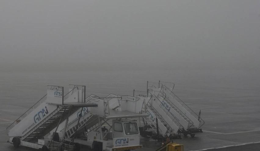 Mgła utrudnia funkcjonowanie lotniska w Rębiechowie