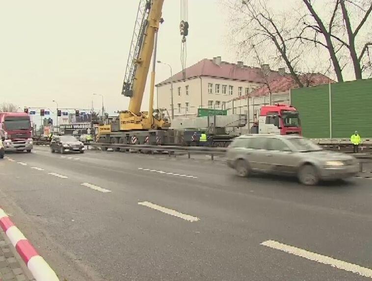 Z ciężarówki spadł 80-tonowy słup (wideo)