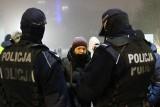 """Zakaz noszenia kominów. Policjanci też je mieli na twarzach. """"Pod spodem noszą maseczki"""""""
