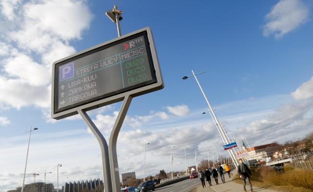 Informacje o dostępności wolnych miejsc na miejscach parkingowych są wyświetlane na tablicach elektronicznych zamontowanych przy rzeszowskich ulicach.
