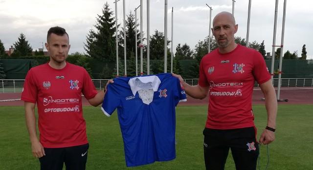 Daniel Chorab i Jarosław Piątkowski z koszulką, którą można wylicytować dla pana Zbyszka.