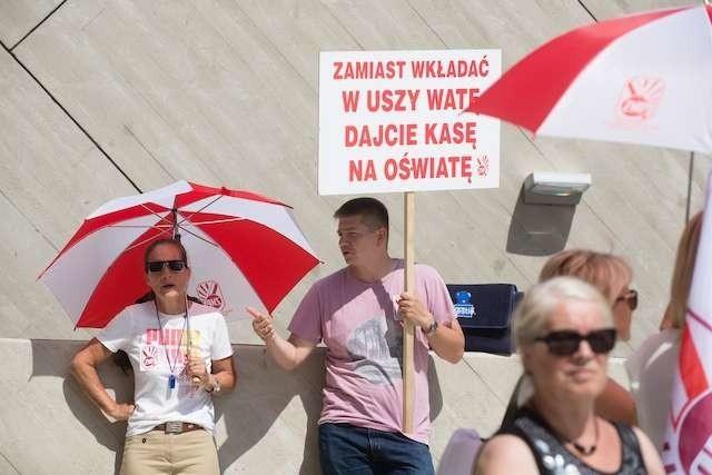 Pikieta ZNP podczas wizyty Anny Zalewskiej Minister Edukacji Narodowejpikieta