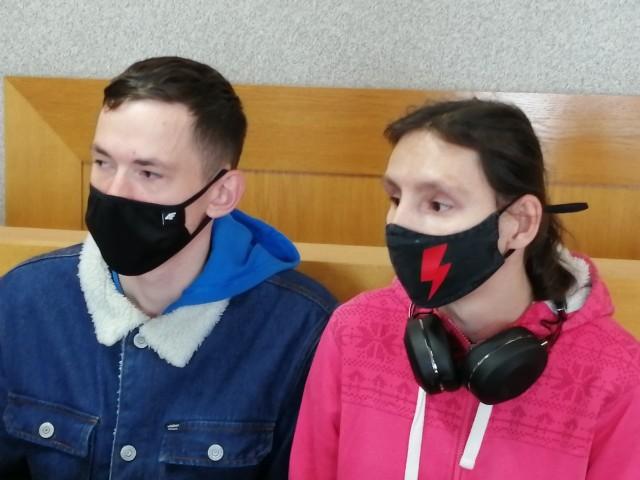 Wśród uczestników marszu ulicznego byli oskarżeni: 33-letnia Agnieszka Jankowska i 21-letni Adrian Błaszczyk. Oboje zgodzili się na publikację nazwisk i wizerunku. Nie przyznają się do winy.