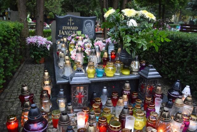 Grób Jancarza otwiera aleję zasłużonych na cmentarzu