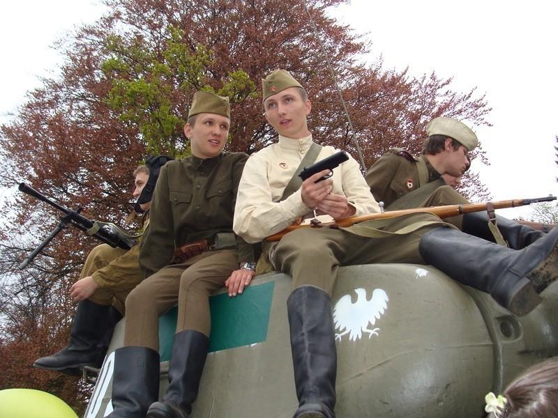 Grupa rekonstrukcyjna z Żagania wcieliła się w serialowe realia i wystąpiła w radzieckich mundurach, podczas pancernego pikniku.
