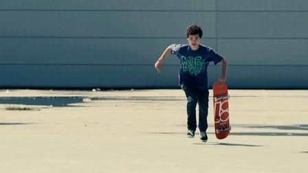"""Dokument """"Plank"""" o młodym utalentowanym deskorolkarzu marokańskiego pochodzenia, który stara się połączyć swoją pasję z oczekiwaniami rodziny"""