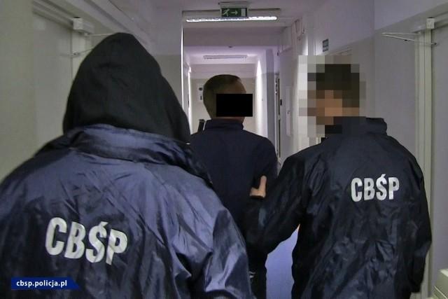 """Policjanci CBŚP zatrzymali 8 osób działających w zorganizowanej grupie przestępczej. Oszuści wyłudzali pieniądze metodą """"na policjanta"""""""