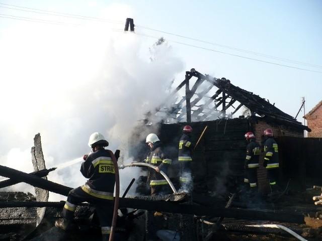 Wypalanie traw może zakończyć się groźnym pożarem. Przykładem może być wtorkowy pożar w Krobielewie, gdzie ogień przerzucił się z łąki na zabudowania.