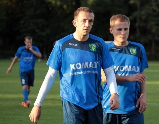 Piłkarze TOR-u Dobrzeń Wielki: Dawid Nowacki (z lewej) i Damian Flis po dobrym początku sezonu wpadli w dołek. Czy będą potrafili się z niego wydostać w sobotnim starciu z Piotrówką?