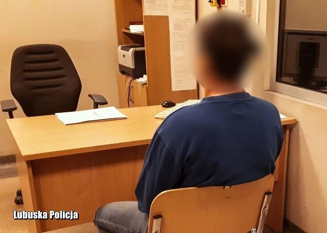 Zebrany w sprawie materiał dowodowy pozwolił na przedstawienie 39-latkowi zarzutu znieważenia miejsca spoczynku zmarłych poprzez celowe ich uszkodzenie.