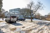 Samochody rozjeżdżają Dolinę Pięciu Stawów w Bydgoszczy [zdjęcia]