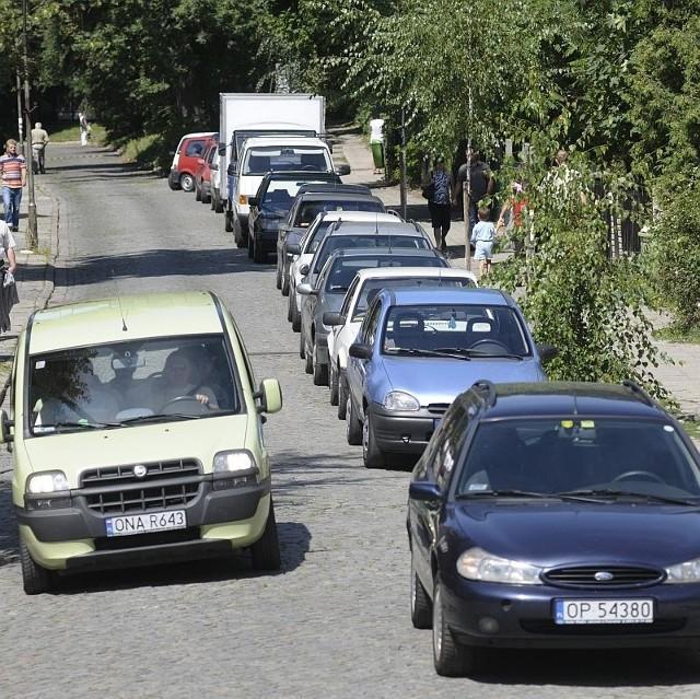 Spokojna przez cały tydzień ul. 11 Listopada przez weekend staje się najbardziej ruchliwą trasą na wyspie. Kierowcy chcą mieć jak najbliżej do zoo. Większość nie wie, że parking przygotowany specjalnie dla nich jest przy ul. Parkowej.