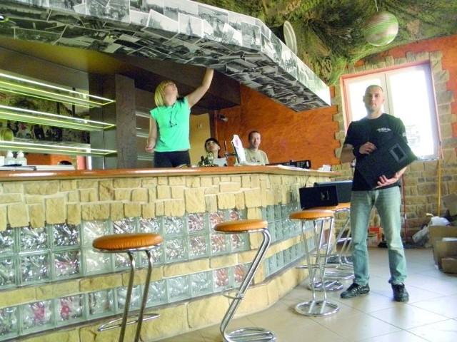 Ostatnie przygotowania do otwarcia lokalu. Do EŁKaliptusa zaprasza menedżer Darek Buźniak (z prawej).