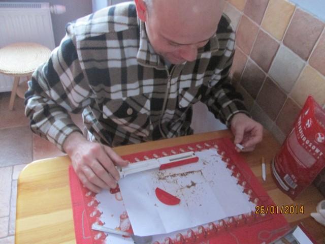 Pan Karol z Osielska ma specjalną maszynkę do robienia skrętów, czasami korzysta też z modnych urządzeń do nabijania gliz papierosowych
