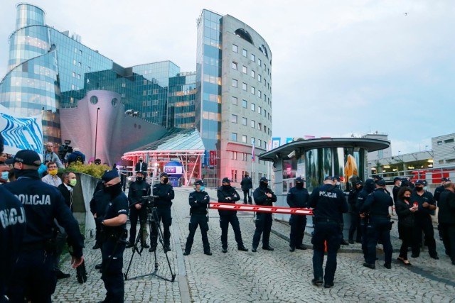 Debata przed pierwszą turą wyborów prezydenckich odbyła się w siedzibie TVP w Warszawie.