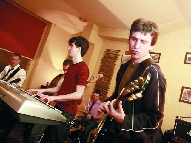 """Białostocki zespół TIM koncertuje już od dwóch lat, planuje wydanie swojej pierwszej płyty. Tymczasem ich nagranie """"Pijani Grabarze"""" znalazło się na płycie """"Białystok Muzyczny 2010""""."""