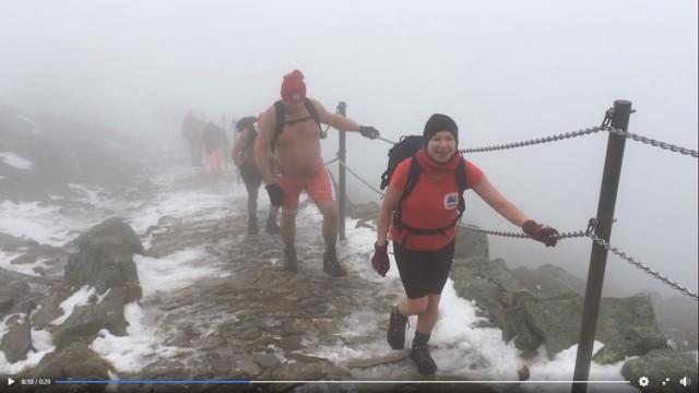 Mimo fatalnej pogody w miniony weekend 8 osób ze stowarzyszenia Królewskie Morsy Gniezno weszło na szczyt Śnieżki ubranych w szorty i koszulki z krótki rękawem!Zobacz więcej zdjęć  ---->