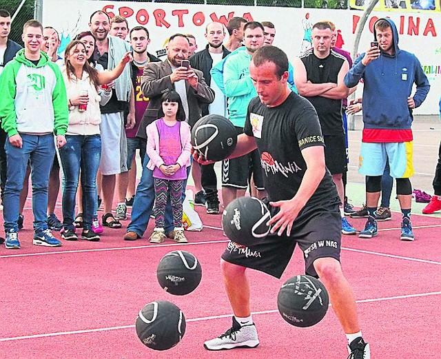 Mieszko Włodarczyk, jeden z najlepszych na świecie zawodników  specjalizujących się w pokazach sztuczek z piłkami