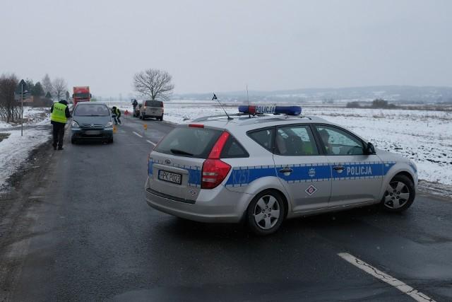 Do potrącenia pieszego doszło na drodze krajowej nr 28 w miejscowości Hurko (pow. przemyski), w środę ok. godz. 10.30.Jak informuje policja, kierujący citroenem potrącił obywatela Ukrainy, który po wyjściu z samochodu przechodził na drugą stronę ulicy. Mężczyzna jest przytomny. Ruch jest zablokowany w obu kierunkach, patrole organizują objazdy. Utrudnienia mogą potrwać do godz. 13.Aktualizacja, godz. 12.25Wprowadzono ruch wahadłowy.Aktualizacja, godz. 14.40Na wysokości komisu 25-letni obywatel Ukrainy zaparkował samochód przy prawej krawędzi jedzeni, w kierunku Medyki. - Ze wstępnych ustaleń wiadomo, że mężczyzna przechodząc na drugą stronę jezdni został potrącony przez kierującego citroenem, 47-latka z pow. przemyskiego, który jechał w kierunku Przemyśla - powiedziała sierż. szt. Marta Fac z KMP w Przemyślu.Pieszy z ciężkim stanie został przetransportowany do szpitala. Uczestnicy wypadku byli trzeźwi.Dokładne okoliczności zdarzenia zostaną wyjaśnione przez policjantów.