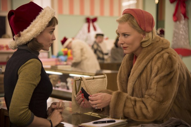 """""""Carol"""" to historia dwóch kobiet: tytułowej Carol Aird (Cate Blanchett) i Therese Belivet (Rooney Mara). Marząca o lepszym życiu i pracująca w sklepie Therese zakochuje się w starszej od siebie i zamężnej Carol. Między kobietami zaczyna rodzić się uczucie. Akcja filmu, którego reżyserem jest Todd Haynes rozgrywa się w Nowym Jorku w latach 50. Zarówno Blanchett, jak i Mara są za swoje role nominowane do Oscarów. Premiera w Polsce: 4 marca 2016"""