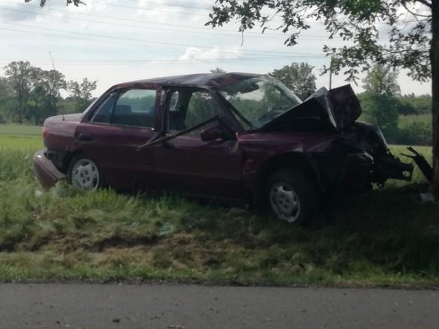 Poważny wypadek na ulicy Rybnickiej w Żytnej. Około godz. 8.30 na prostym odcinku drogi wojewódzkiej nr 923, samochód osobowy zjechał z drogi i uderzył w drzewo. Samochodem kierowała kobieta