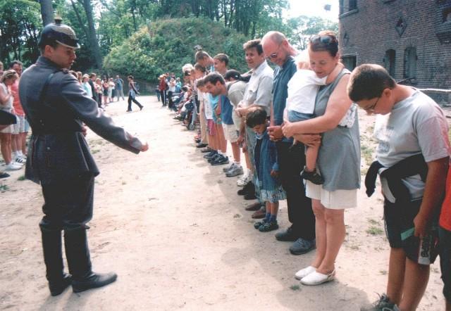 Pierwszym, który dostrzegł w świnoujskich fortach wielką atrakcję turystyczną, był gdańszczanin Piotr Piwowarczyk (na zdjęciu w mundurze). Dziś nie żałuje swojej decyzji. Tylko podczas minionych wakacji jego Fort Gerharda odwiedziło ponad 30 tysięcy osób! Turystom nie przeszkadza nawet odległa od miasta lokalizacja obiektu.
