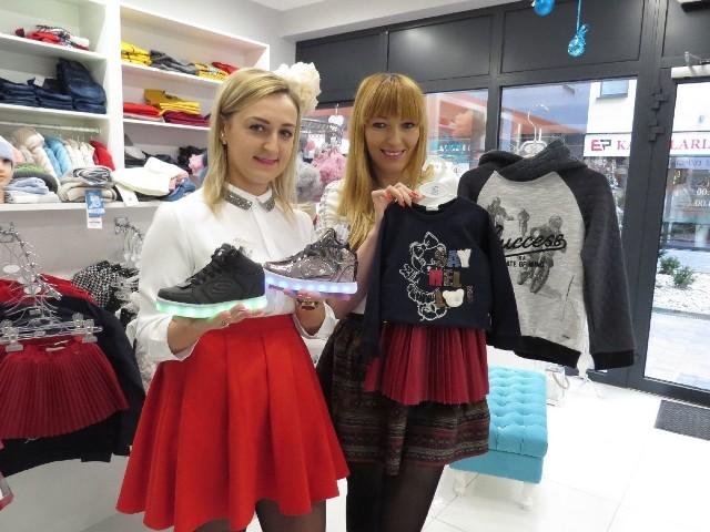 - Buty ze świecącą podeszwą to super prezent, do kompletu zaproponujemy bluzy, spodnie i spódniczki - zapraszają (od lewej) Magdalena Szlufik i Ewelina Kisiel, właścicielki sklepu Baby Lux.