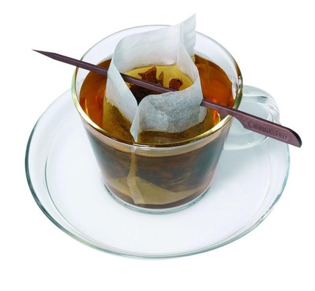 Parzenie herbaty w filiżanceDzięki filtrom parzenie herbaty jest proste i trwa dokładnie tyle, ile chcemy. Warto o tym pamiętać, gdyż od czasu parzenia herbaty zależą jej właściwości. Aby otrzymać napój, który nas pobudzi, należy skrócić czas parzenia herbaty do 3 minut. Dzięki wydłużeniu czasu parzenia otrzymamy napar relaksujący.