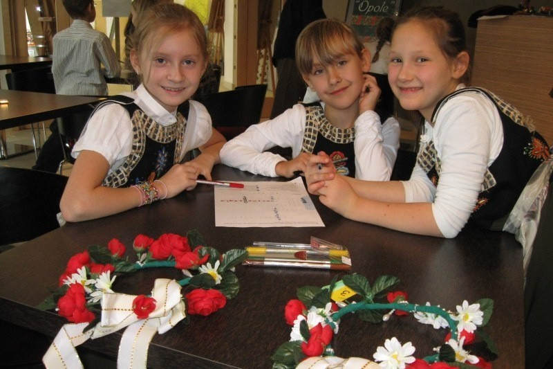 Martyna, Wiktoria i Marta (od lewej) ze szkoły podstawowej nr 20 w Opolu podczas rozwiązywania konkursowych zadań w MDK-u.