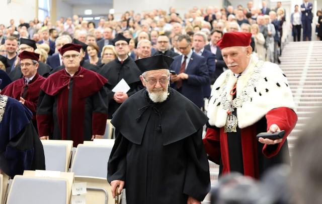 Uniwersytet Łódzki nadał w czwartek tytuł doktora honoris causa księdzu Adamowi Bonieckiemu.
