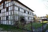 Spichlerz czeka na swój koniec. Aż żal patrzeć. Budynek z XIX wieku w Jasieniu na Kaszubach (ZDJĘCIA)
