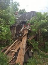 Zawalił się ganek przed domem w Ostojowie. Dwie starsze osoby uwięzione w budynku