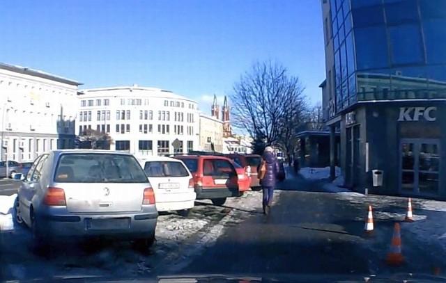 Parking przy ulicy Legionowej. Zastawiony, jak zwykle.