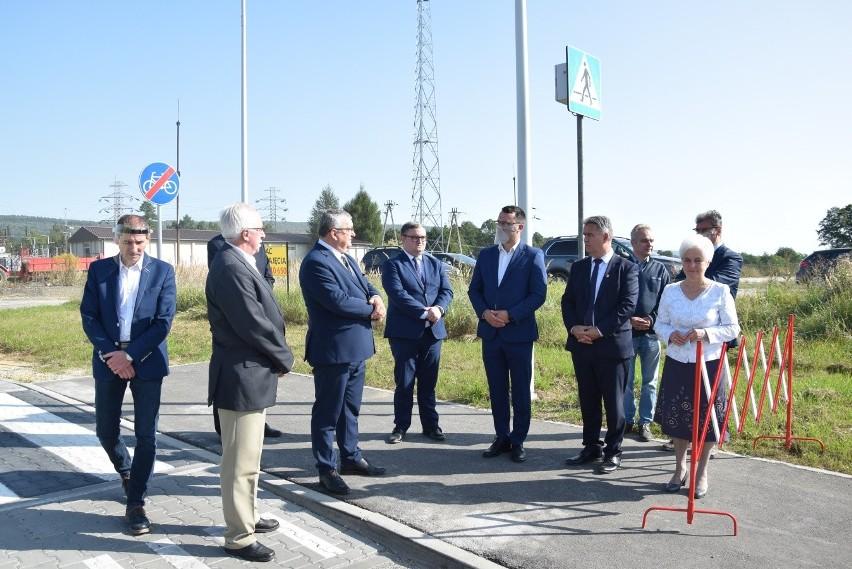 Nowa droga w Krzeszowicach połączyła drogę powiatową z krajową, tuż przy wjeździe do miasta za wiaduktem kolejowym. Kosztowała około 2 mln zł