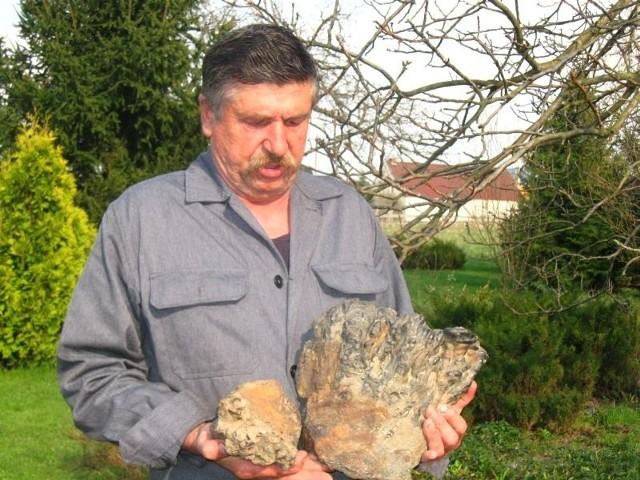 - Jeżeli to meteoryty, to musiały miliony lat lecieć przez kosmos - mówi Stanisław Kiek. - A może to zwykła szlaka po wytopie rudy?