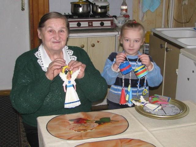 Pani Barbara Makarewicz uczy robienia ozdób swoją wnuczkę Gabrysię