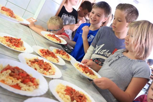 Dzieci bardzo lubią makarony, sos pomidorowy, pierogi. To wszystko jest w szkolnych jadłospisach