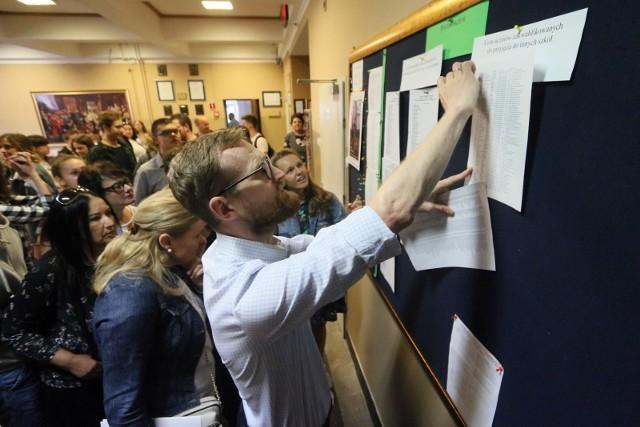 Nabór do szkół ponadpodstawowych będzie przeprowadzany w tych samych terminach w całej Polsce. Rozpoczyna się w poniedziałek 17 maja 2021. Harmonogram rekrutacji do szkół ponadpodstawowych jest dostosowany do zmienionego terminu egzaminu ósmoklasisty oraz terminu wydania uczniom zaświadczeń o jego wynikach